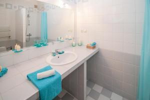 banheiro-planejado-branco-azul