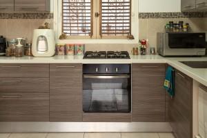cozinha de madeira compacta